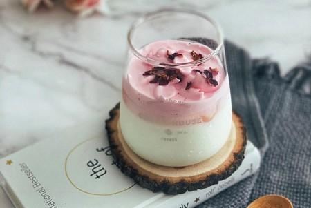El café Dalgona que triunfa en TikTok se vuelve aún más dulce y bonito: esta es su versión de fresa y sin café alguno
