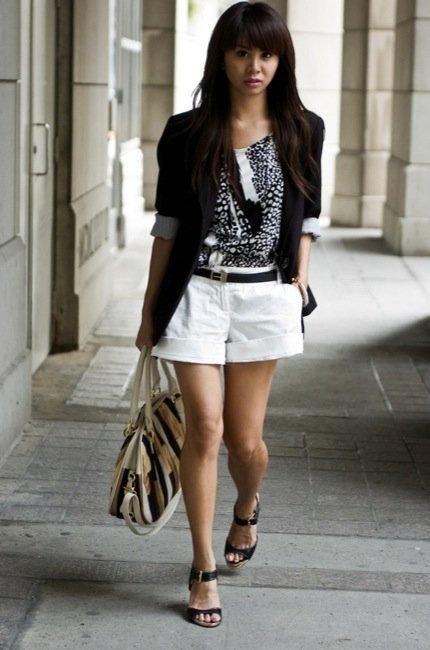Frente al calor, unos shorts cortos como las mejores streetstylers: para el trabajo o el día a día. Trabajar