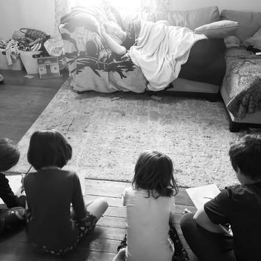 El brillante truco de un padre de cuatro, para poder descansar mientras estamos con los niños en casa