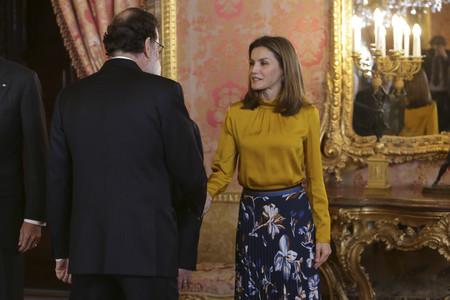 Doña Letizia se apunta al color mostaza en su último estilismo de estreno
