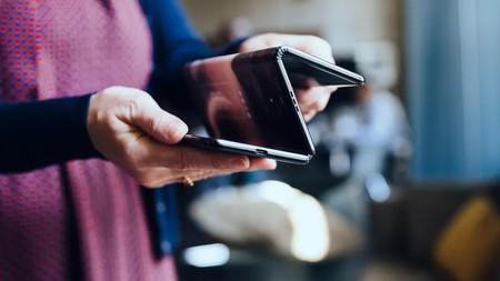 Este smartphone plegable de TCL se puede doblar no en dos sino en tres partes, ¿así será el futuro móvil?