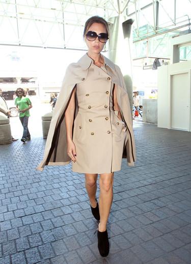 ¿Es una capa? ¿Es un trench? ¿Es un vestido? No, es Victoria Beckham