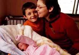 Un niño de 6 años asiste el parto de su madre