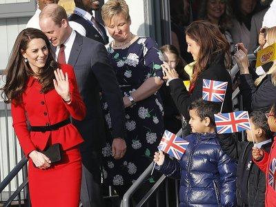 Un lunes de trabajo es menos duro con un bonito traje rojo, y Kate Middleton lo sabe