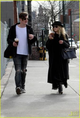 El estilo gótico está en la calle y de moda, por Mary-Kate Olsen