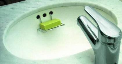 Aprovecha los agujeros del lavabo para poner la jabonera