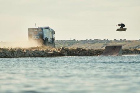 Deportes extremos, nivel: saltar 20 metros en wakeboard tirado por un enorme camión Kamaz del Dakar