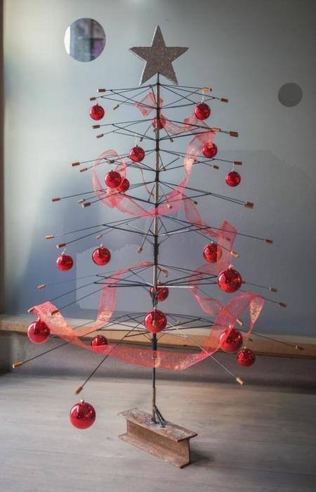 Recicladecoración: un árbol de Navidad hecho con viejos paraguas en Artilujos