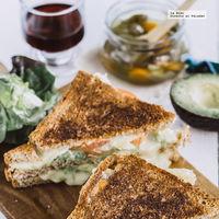 Sándwich de aguacate y queso Brie. Receta fácil y rápida