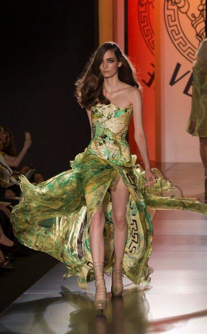 Melenas ladeadas, una apuesta segura en el desfile de Atelier Versace, Otoño-Invierno 2012/2013