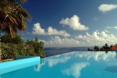 Una piscina que acaba en el mar en la Estalagem da Ponta do Sol en Madeira
