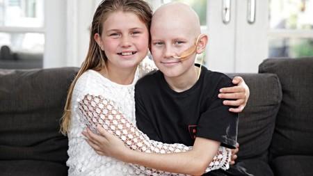 Un niño con cáncer encuentra en su hermana un donante compatible y viven juntos el momento del trasplante a través de Facetime