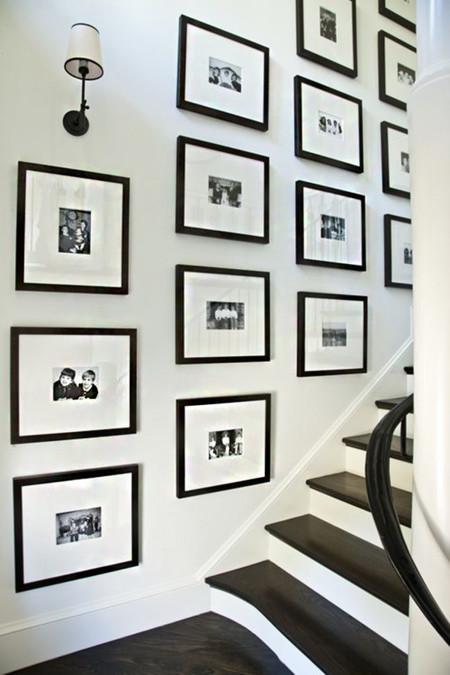 17 maneras de colgar los cuadros en tu casa - Cuadros con fotos familiares ...