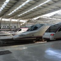 El tren sale al rescate del coche eléctrico con las ferrolineras de Adif: energía del tren a las baterías
