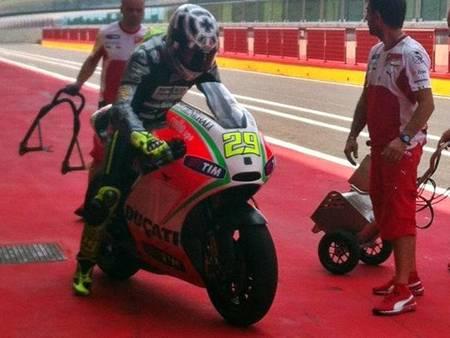 Los rumores colocan a Andrea Iannone en MotoGP para el 2013. No me extraña, con esos tiempos...