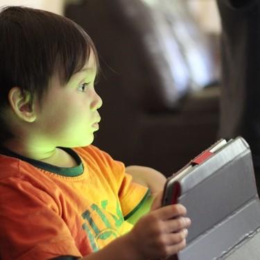 Un estudio preliminar sugiere que más de dos horas frente a la pantalla al día afectaría al cerebro de los niños
