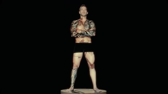 Tatuajes que cobran vida gracias a espectaculares proyecciones sobre el cuerpo humano