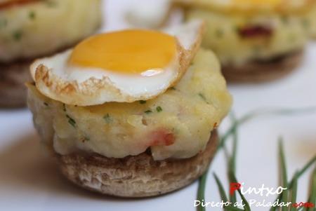 Champiñones rellenos de patata y bacón con huevo de codorniz. Receta