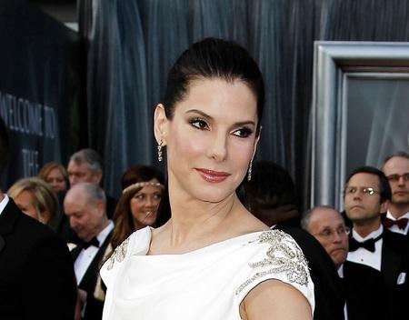 Coleta alta y engominada para Sandra Bullock anoche en la Gala de los Oscar 2012