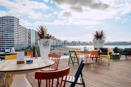 A todo color y con mucho encanto así es Varsovia Amares la terraza en la azotea del hotel NH Gijón