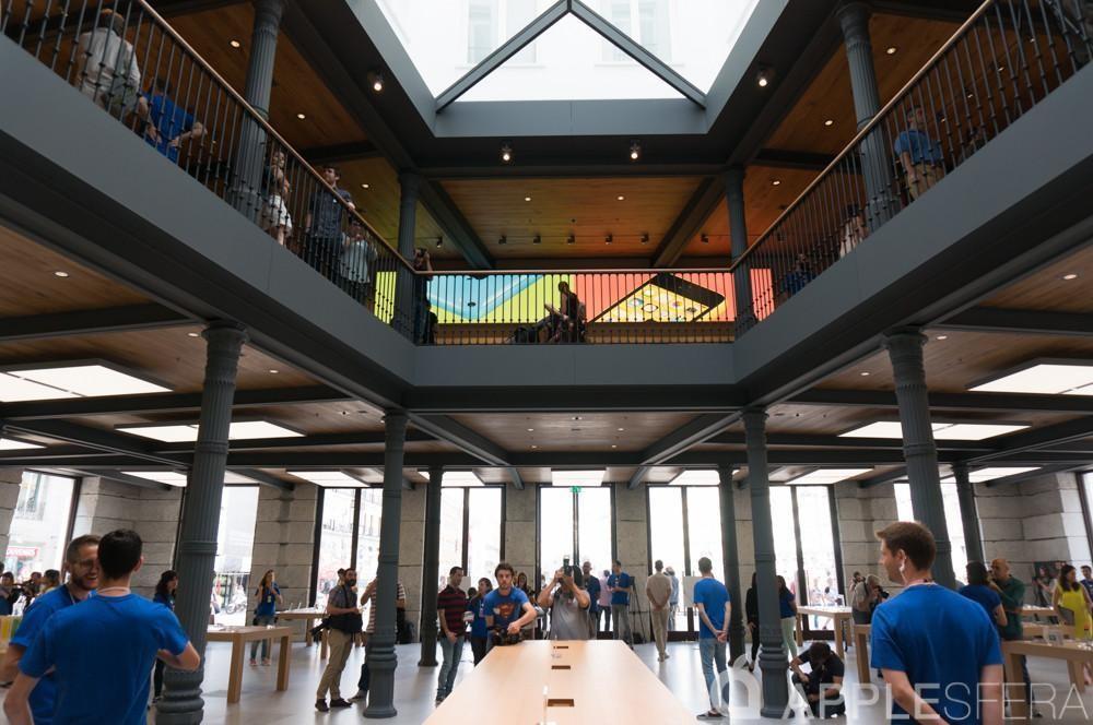 La Apple™ Store de Puerta del Sol en Madrid reabre sus puertas con un reciente apariencia el siete de noviembre