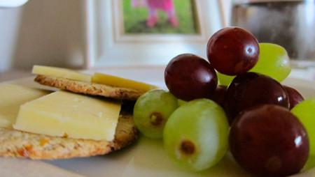 Galletas con queso y uvas frescas