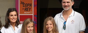 Doña Letizia posa con don Felipe y sus hijas en Mallorca con un look (muy) rebajado, que todavía está disponible