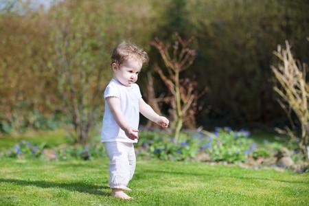 Nina Caminando Por El Jardin
