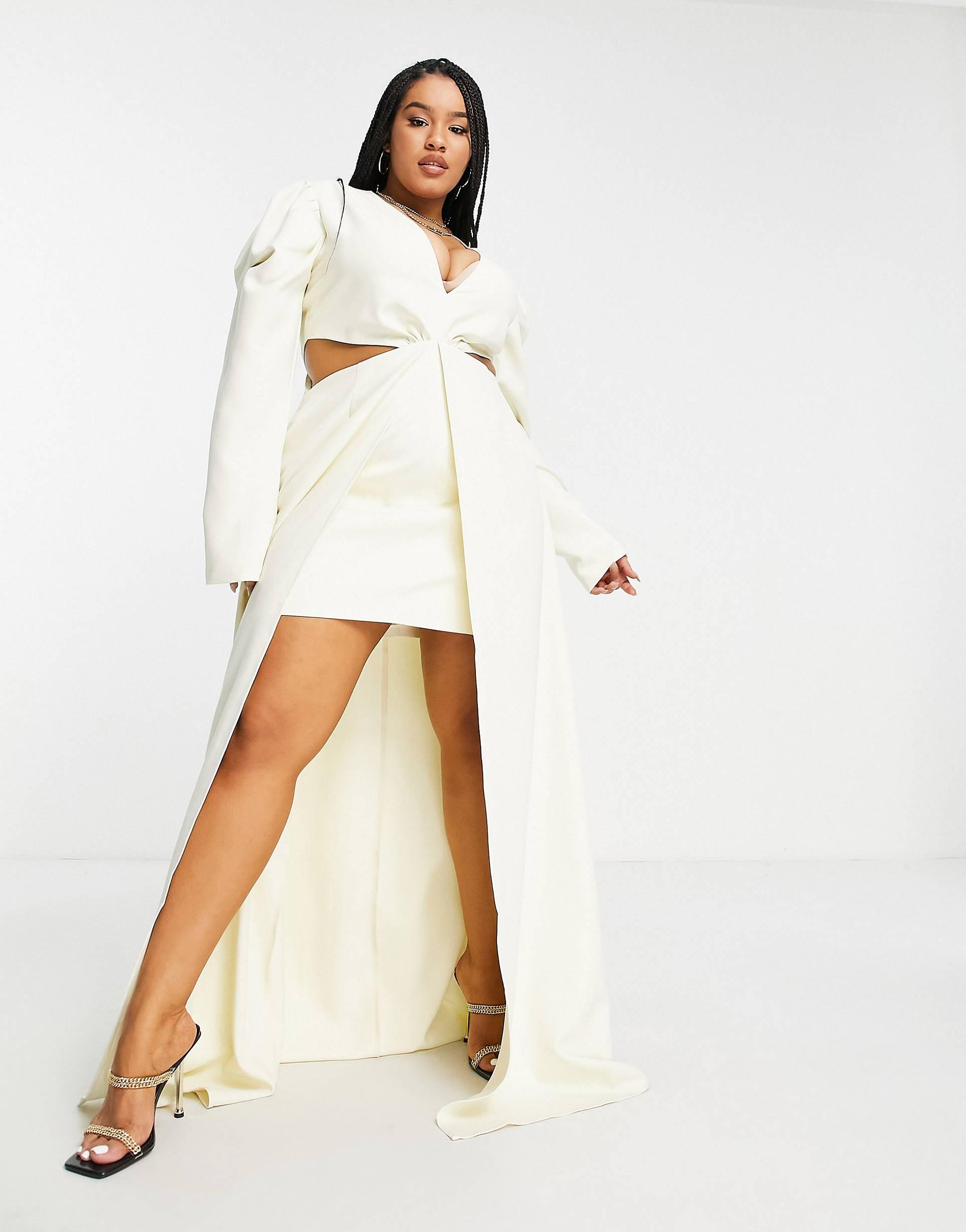 Vestido corto color marfil con bajo asimétrico y cola de Yaura.