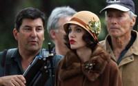 Angelina Jolie en el set de 'Changeling' de Clint Eastwood