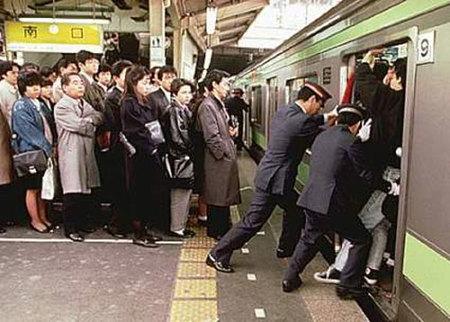 """Los """"empujadores"""" de trenes japoneses"""