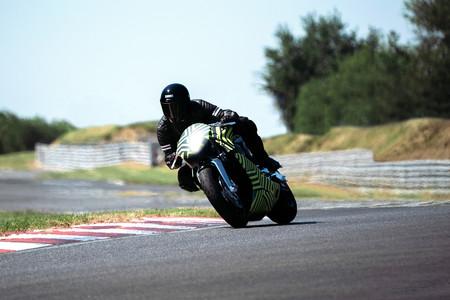 ¡Gas! La moto superdeportiva Aston Martin AMB 001 ya está en su fase final de pruebas en circuito