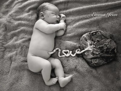 """La preciosa foto de un bebé, su placenta y el cordón diciendo """"Love"""""""