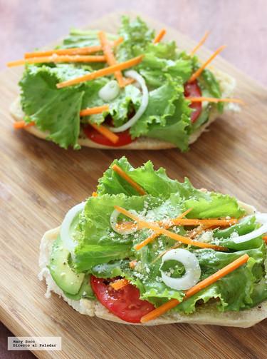 Tostadas de pan con aguacate y vegetales frescos. Receta de verano