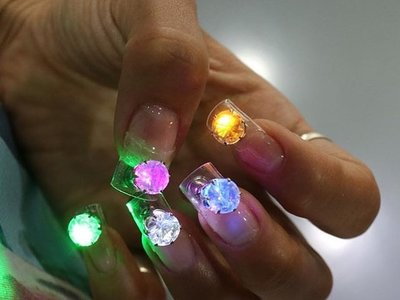 No, definitivamente no paso por las uñas con luces LED