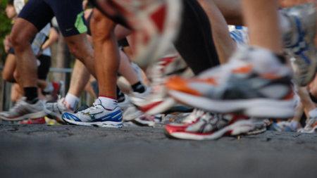 Evita mojar las zapatillas durante la carrera