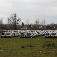 Cuando el carsharing fracasa: un descampado se convierte en el cementerio de miles de coches eléctricos