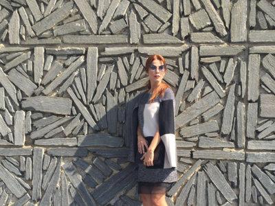 Juana Acosta de Carolina Herrera y con el pelo ginger en el Festival de Cine de San Sebastián