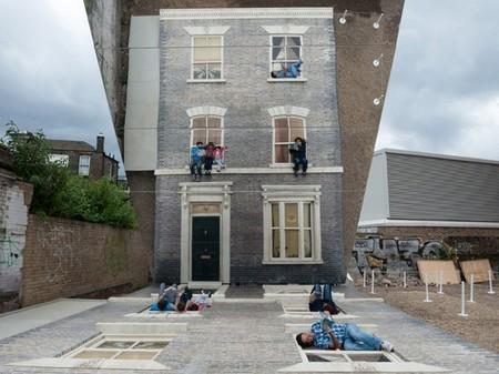 Leandro Erlich repite con sus fachadas horizontales y la reflexión vertical en Londres