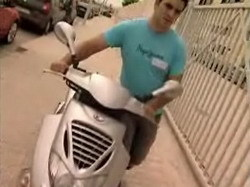 """El ganador del concurso """"¿Qué harías por un Polo?"""" destroza su moto a cambio de un Polo"""