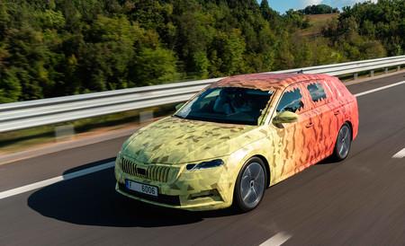 El nuevo Škoda Octavia vendrá con variantes mild-hybrid e híbridas enchufables, y será más tecnológico
