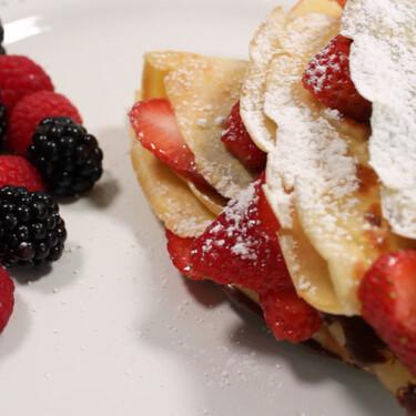 Crepas fáciles sin crepera en sartén de chocolate y fresa. Receta fácil para el Día del Amor y la Amistad