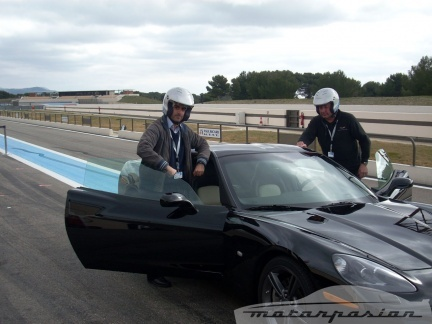 Posando con un Corvette C6