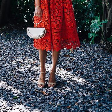 Aprovéchate de las rebajas de Asos para hacerte con un vestido midi de color rojo (pasión)