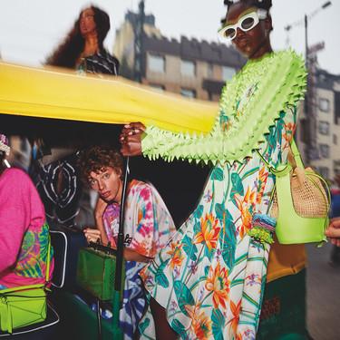 La nueva campaña de Paula's Ibiza 2020 de Loewe nos hace soñar con la isla y con la época veraniega (sin confinamiento)