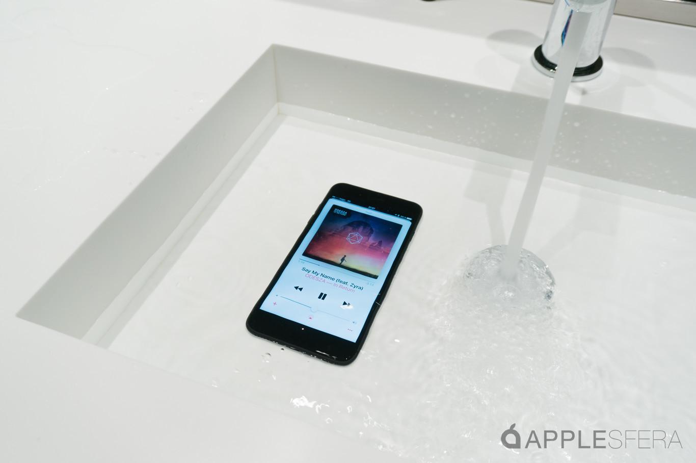 Dos nuevas patentes sugieren un iPhone con pantalla táctil que funciona bajo el agua