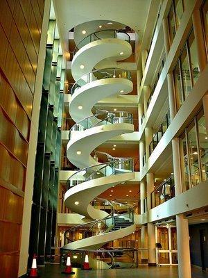 La escalera m s larga del mundo escaleras que giran al for Escaleras helicoidales