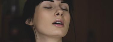 Un beso que promete orgasmos: el beso de Singapur