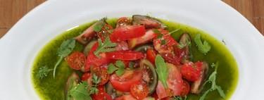 Ensalada de tomates sobre un lago de albahaca. Receta para el #DíadelaEnsalada