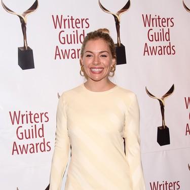 Los trajes y los vestidos ajustados triunfan en la alfombra roja de los WGA Awards 2020